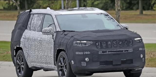 2021 Jeep Grand Cherokee Trackhawk spy shot